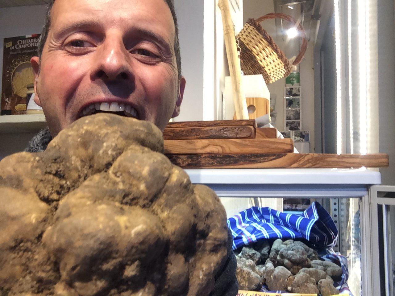 Alessandro di Siena Tartufi scherza dopo aver trovato un bellissimo tartufo bianco - truffle hunting Siena Toscana