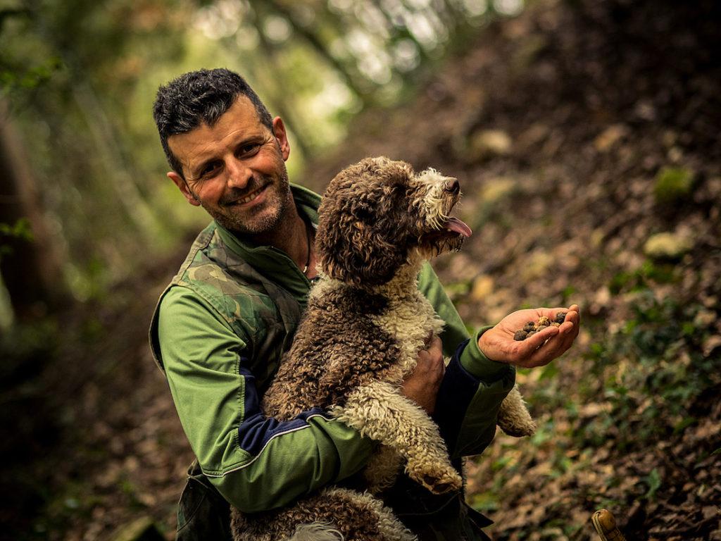 Alessandro Pellegrini di Siena Tartufi nel bosco con Moka durante un truffle hunting - foto di Marco Cheli
