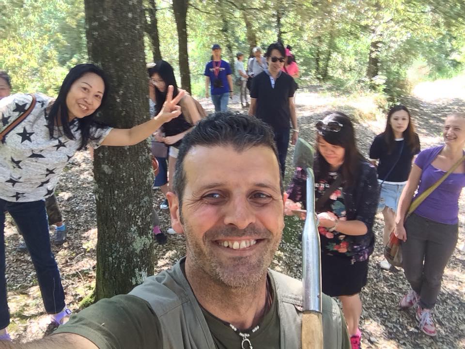 Truffle hunting Siena Tartufi - Alessandro con alcuni turisti