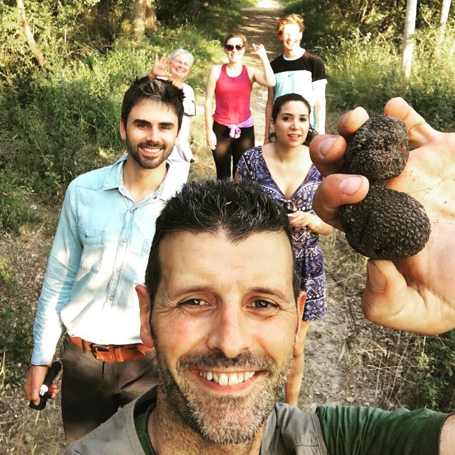 Truffle hunting Siena Tartufi - Alessandro con un gruppo di turisti