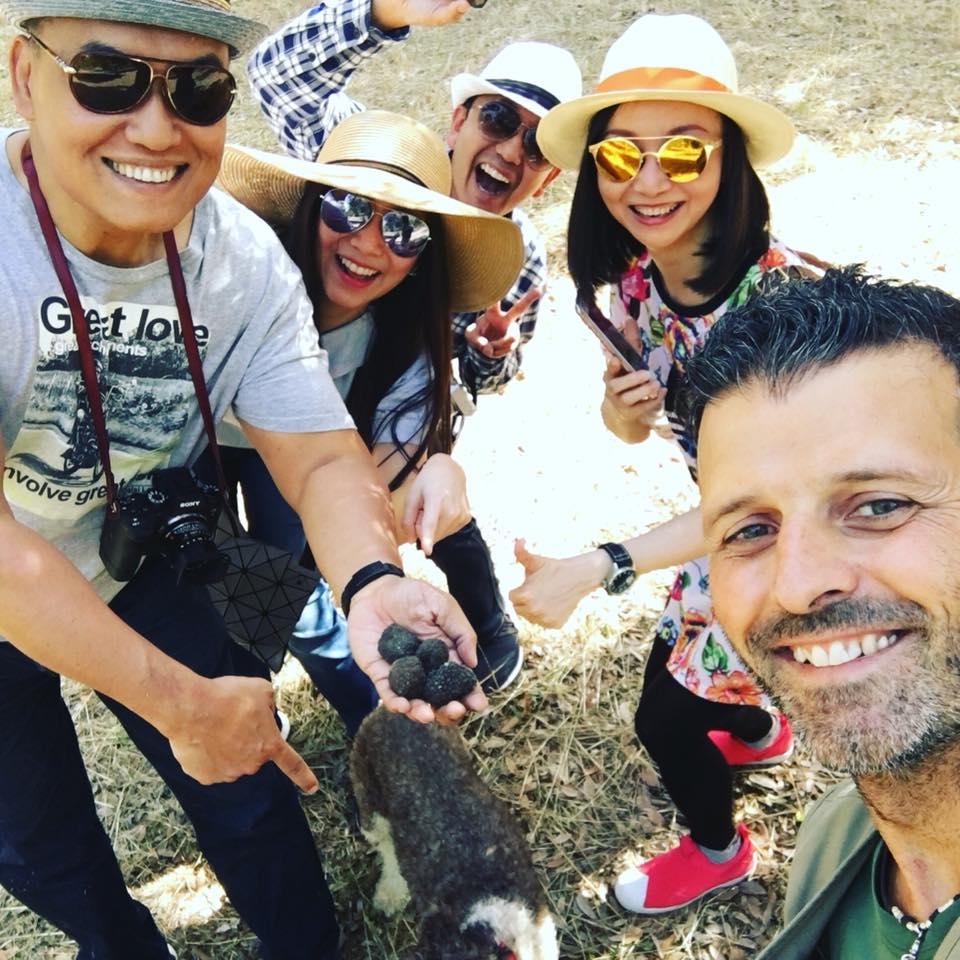 Truffle hunting Siena Tartufi in Toscana, con un gruppo di turisti.