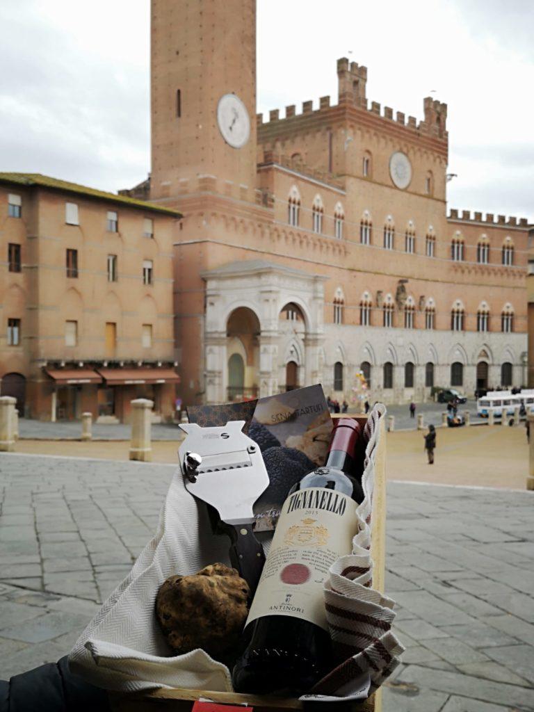 I prodotti si Siena Tartufi esposti in Piazza del Campo a Siena - Toscana